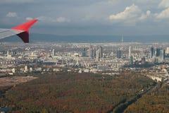 Pod samolotu skrzydła ogromnym miastem i swój pobliżami, powietrzna fotografia frankfurt magistrala Germany obraz stock