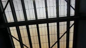 Pod stalową bridżową strukturą - Architektoniczny projekt i budowy pojęcie zdjęcie wideo