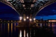 Pod Theodor Heuss mostem z błyskawicą i widokiem Mainz kasztel obrazy royalty free