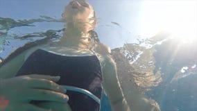 Pod wodą matka wspiera córki w basenie zbiory wideo
