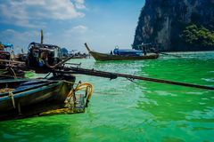 PODA,泰国- 2018年2月09日:关闭长尾巴小船马达在Poda海岛上的水中,并且绿色清洗 免版税库存照片
