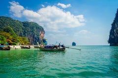 PODA,泰国- 2018年2月09日:室外观点的在长尾巴小船里面的游人在Poda海岛上的水中和 免版税库存图片