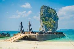 PODA,泰国- 2018年2月09日:巨大的驳船室外看法在Poda海岛的岸的在一个华美的晴天 库存照片