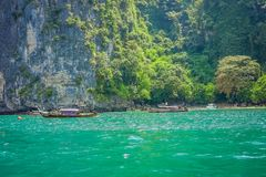 PODA,泰国- 2018年2月09日:旅行在Poda的一条长尾巴小船的美好的室外观点的未认出的人民 免版税库存图片