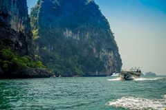 PODA,泰国- 2018年2月09日:旅行在Poda的一条长尾巴小船的美好的室外观点的未认出的人民 库存图片
