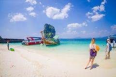 PODA,泰国- 2018年2月09日:美好的室外观点的白色沙子的未认出的人接近长尾巴 库存图片
