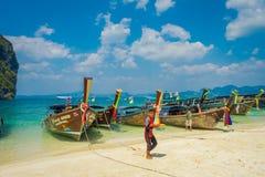 PODA,泰国- 2018年2月09日:长尾巴小船室外看法连续在与本地人的岸在Poda海岛上 库存照片