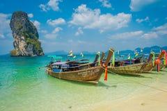 PODA,泰国- 2018年2月09日:长尾巴小船室外看法连续在Poda海岛上的岸一华美晴朗的 免版税图库摄影