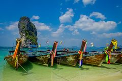 PODA,泰国- 2018年2月09日:长尾巴小船室外看法连续在Poda海岛上的岸一华美晴朗的 免版税库存图片