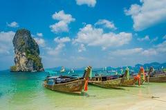 PODA,泰国- 2018年2月09日:长尾巴小船室外看法连续在Poda海岛上的岸一华美晴朗的 图库摄影