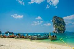 PODA,泰国- 2018年2月09日:长尾巴小船美好的室外看法连续在Poda海岛上的岸a的 图库摄影