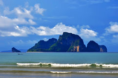 Poda-Insel, Tup-Insel und die Hühnerinsel, die von AO Nang gesehen wird, setzen, Thailand auf den Strand stockbild