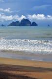 Poda-Insel, Tup-Insel und Hühnerinsel gesehen vom schattigen Strand von AO Nang, Thailand stockfotografie