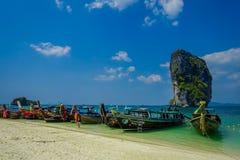 PODA TAJLANDIA, LUTY, - 09, 2018: Piękny plenerowy widok długiego ogonu łodzie przy brzeg na Poda wyspie w a z rzędu Fotografia Stock