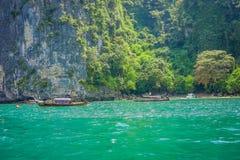 PODA TAJLANDIA, LUTY, - 09, 2018: Piękny plenerowy widok niezidentyfikowani ludzie podróżuje w długiego ogonu łodzi na Poda Obrazy Royalty Free