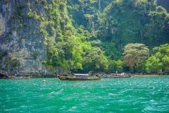 PODA TAJLANDIA, LUTY, - 09, 2018: Piękny plenerowy widok niezidentyfikowani ludzie podróżuje w długiego ogonu łodzi na Poda Obraz Stock