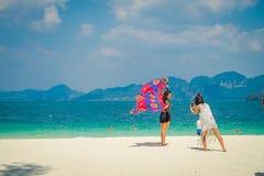 PODA TAJLANDIA, LUTY, - 09, 2018: Plenerowy widok niezidentyfikowane kobiety pozuje dla obrazka w Poda wyspie w wspaniałym Obraz Stock