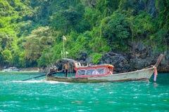 PODA TAJLANDIA, LUTY, - 09, 2018: Plenerowy widok niezidentyfikowani ludzie podróżuje w długiego ogonu łodzi na Poda wyspie wewną Obraz Stock