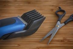 Podadoras de pelo con esquileos de las tijeras Imágenes de archivo libres de regalías