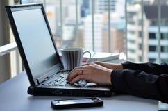 podaj laptop typ kobiety zdjęcia royalty free