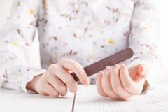 podaj opieki ciała paznokcie poleruje kobiety Kobieta polerowniczy paznokcie z gwozdziem fi Fotografia Stock