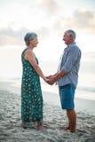 podaj parę seniora gospodarstwa zdjęcia royalty free