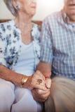 podaj parę seniora gospodarstwa zdjęcie royalty free