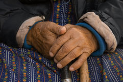 podaj starszą kobietę fotografia stock