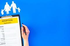 Podaniowa forma dla adoptuje dziecka na błękitnym tło odgórnego widoku egzaminie próbnym w górę obrazy royalty free