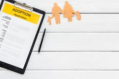 Podaniowa forma dla adoptuje dziecka na białym tło odgórnego widoku egzaminie próbnym w górę zdjęcie stock