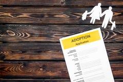 Podaniowa forma dla adoptuje dziecka na drewnianym tło odgórnego widoku egzaminie próbnym w górę fotografia stock