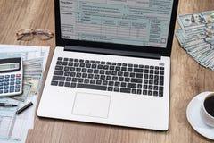 podatek forma, laptop, kawa i dolar, fotografia stock