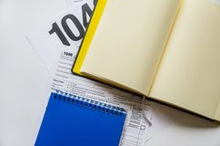 Podatek formy 1040 i notatniki na białym tle obraz stock