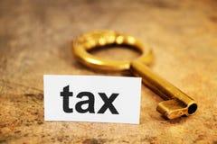 Podatek i złoty klucz obraz stock