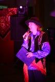 Podawca, compere, mistrz ceremonie - aktor Michael ono uśmiecha się na scenie klub poza miastem Obraz Royalty Free