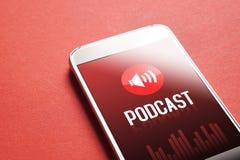 Podcast app en smartphone El escuchar el sonido y el audio fotos de archivo