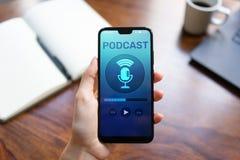 Podcast het spelen of het registreren toepassing op het mobiele telefoonscherm Radio de media van Internet concept royalty-vrije stock foto's