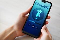 Podcast het spelen of het registreren toepassing op het mobiele telefoonscherm Radio de media van Internet concept stock afbeeldingen