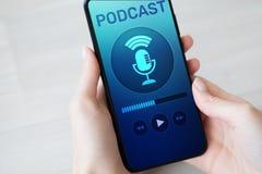 Podcast het spelen of het registreren toepassing op het mobiele telefoonscherm Radio de media van Internet concept royalty-vrije stock afbeeldingen