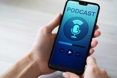 Podcast het spelen of het registreren toepassing op het mobiele telefoonscherm Radio de media van Internet concept stock fotografie