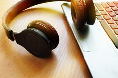 Podcast o música audio en concepto de Internet foto de archivo