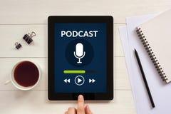 Podcasten Sie Konzept auf Tablettenschirm mit Bürogegenständen lizenzfreie stockfotos