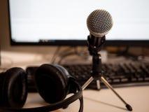 Podcaststudio: microfoon en computere stock afbeelding