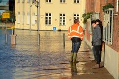 Podczas burza przypływu ziemianin zalewający dom dyskutuje go z niektóre jego dzierźawcy sytuacja obrazy stock