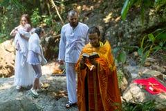 Podczas chrzczenia - Chrześcijański sakrament duchowy narodziny Zdjęcia Royalty Free