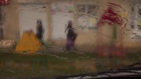 Podczas gdy samochód ruszał się, kropla woda spadał na szkle samochód zbiory wideo