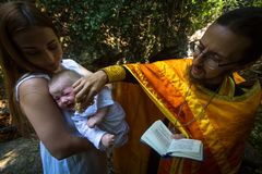 Podczas obrządku chrzczenia immersi w wodzie - pierwszy i znacząco najwięcej Chrześcijańskiego sakramentu Zdjęcia Stock