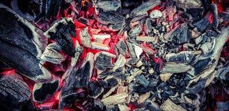 Pode atear fogo é um fogo novo, limpo, em que queimaduras do inverno e de que verão seja nascido foto de stock