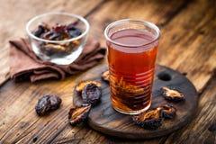 Pode a bebida, ameixas secadas extrato, bebida dos frutos imagens de stock