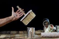 Pode da pintura e da escova pendurar no ar Escova de pintura e pintura Imagens de Stock
